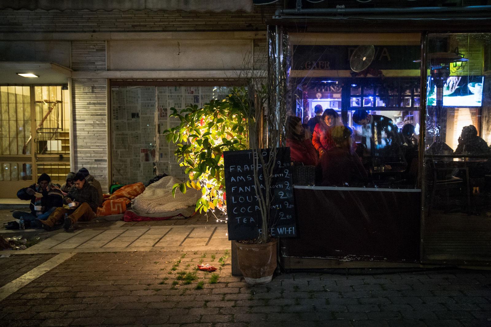 Pengungsi di Victoria Square sedang menikmati sup masakan para relawan selama malam Tahun Baru.